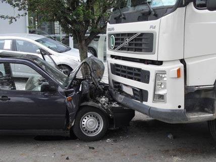 Der PKW-Lenker wurde bei dem Frontalzusammenstoß in Teesdorf verletzt.