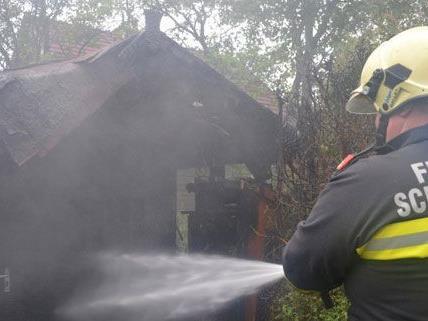 Die Feuerwehr konnte den Brand der gartenhütte in Schwarzau am Steinfeld rasch unter Kontrolle bringen.