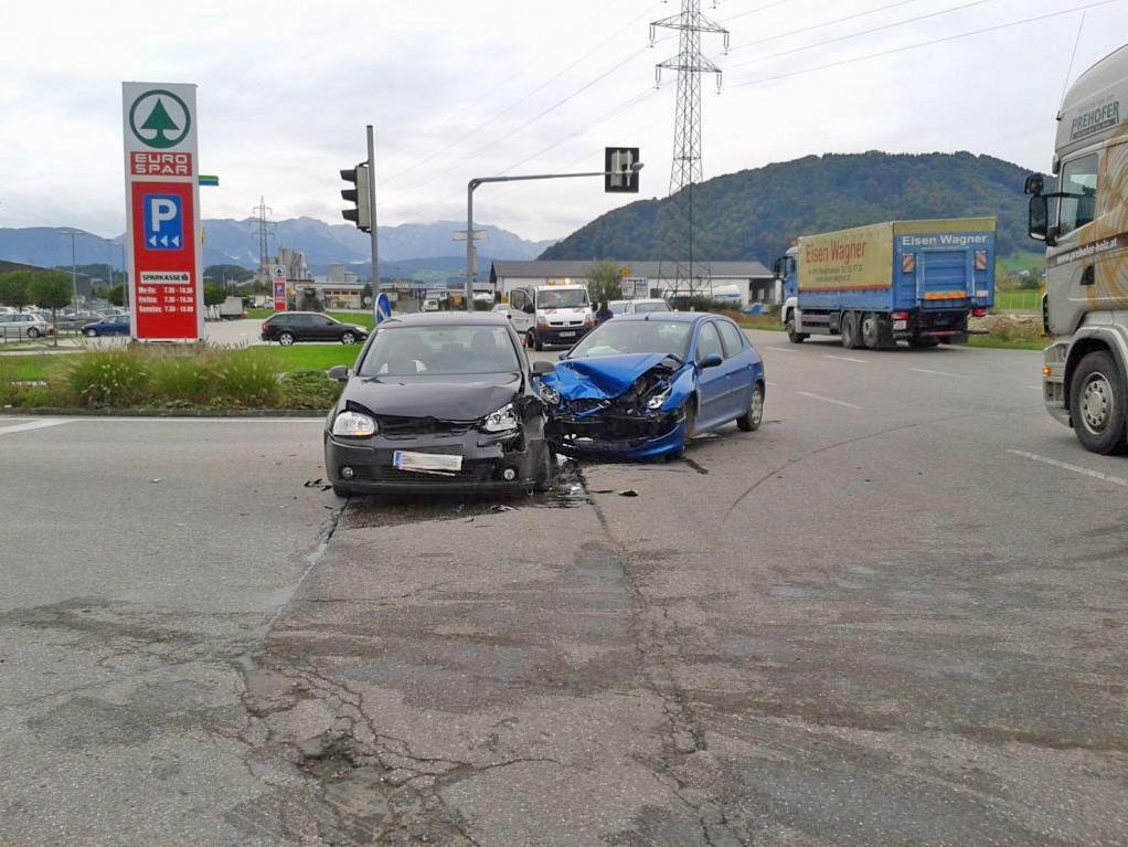 Beide Lenker wurden leicht verletzt und in das Krankenhaus Gmunden eingeliefert.