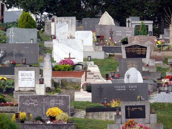 Von einem umstürztenden Grabstein wurde Sonntagnachmittag Abtenaus Bürgermeister schwer verletzt. - © Bilderbox