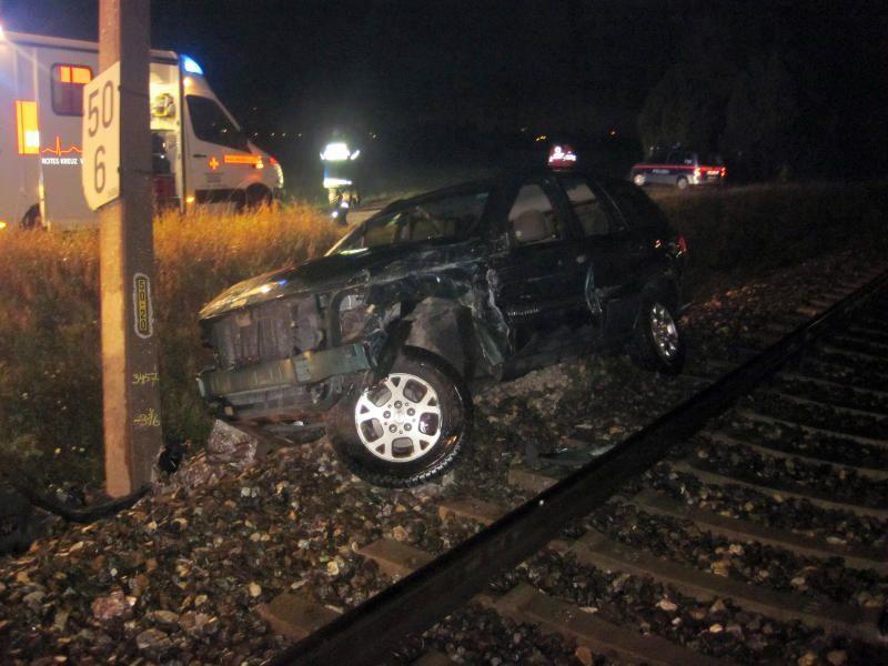 Der Güterzug hatte den Jeep in Wiener Neustadt erfasst. Der Lenker war nicht zu finden.