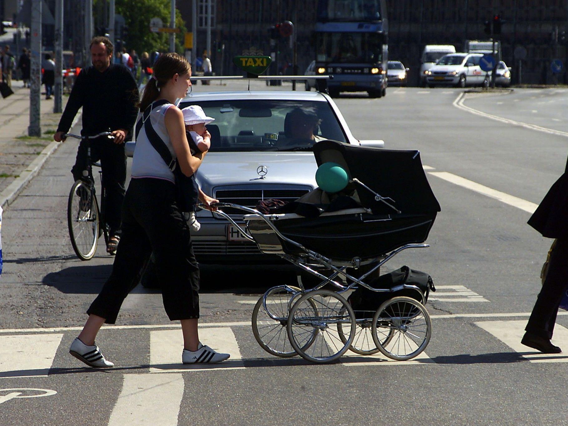 Die zwei Mädchen wurden vom Kinderwagen weggeschleudert.