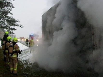 Auf der A2 kam es am Montagmorgen zu einem Feuerwehreinsatz wegen eines brennenden LKW-Anhängers.