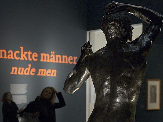 """Besucherinnen der Ausstellung """"Nackte Männer"""" im Leopold Museum in Wien"""