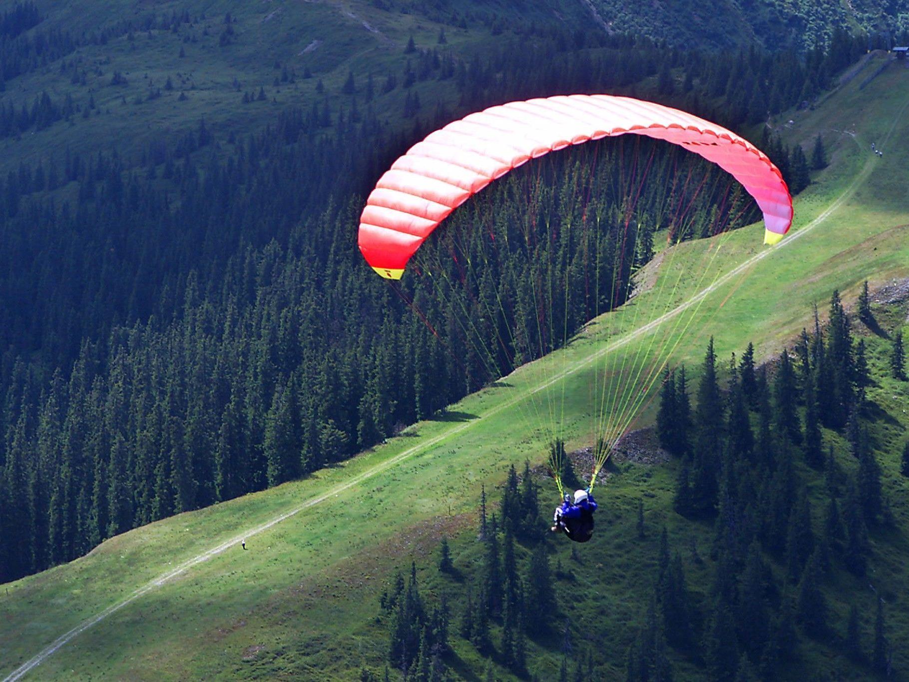 Nach kurzer Flugstrecke verfing sich der Gleitschirm in der Baumkrone einer rund 20 Meter hohen Buche und blieb dort hängen.