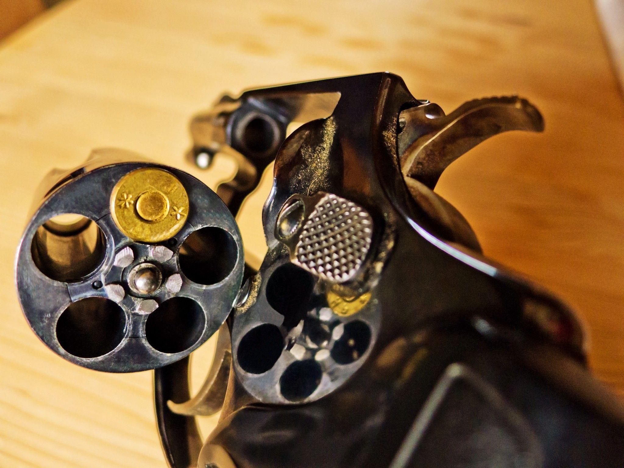 Beim russischen Roulette in den Kopf geschossen: 26-Jähriger schwebt in Lebensgefahr.