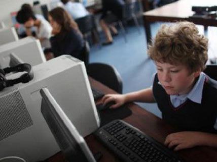 Neue Schulcomputer und Laptops für die Schulleiter werden angeschafft.