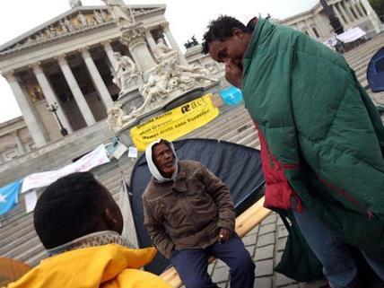 Flüchtlinge aus Somalia protestieren vor dem Wiener Parlament.