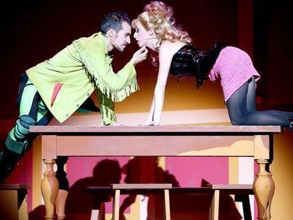 """Mit """"Kiss me, Kate"""" wird ein buntes Musical in der Wiener Volksoper gezeigt."""
