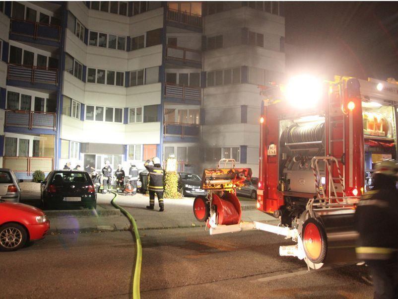 Fünf Personen wurden bei dem Brand verletzt. Die Polizei geht von Brandstiftung aus.