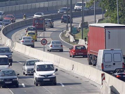 Verkehrsstau auf der A23 nach Auffahrunfall mit Verletzten