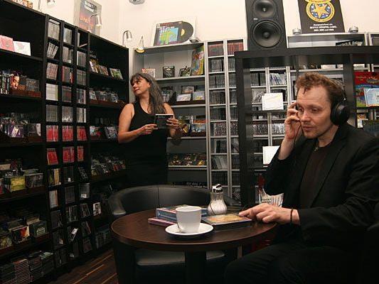 Monika Röth und Günter Rubik in ihrer Hörbuchhandlung Audiamo
