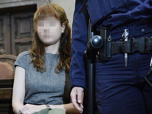 Beim dritten Prozesstag war Esti unverändert in einem schlichten grauen Kleid zugegen