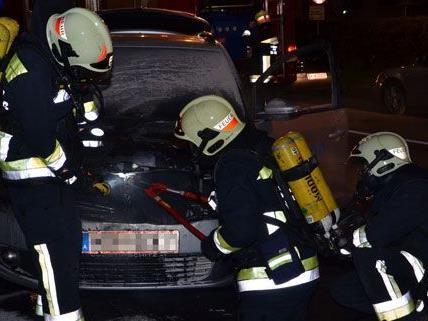 Brand im Motorraum eines Erdgasautos in Mödling