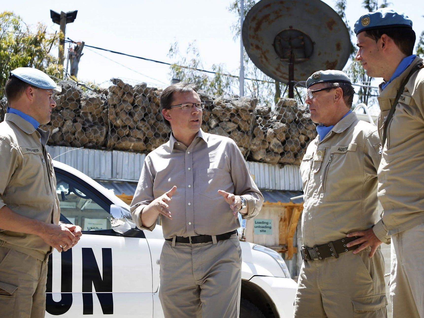 Verteidigungsminister Norbert Darabos im Gespräch mit österreichischen UNO-Soldaten am Golan in Syrien.