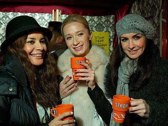 Gitta Saxx, Karina Sarkissova und Nelly Baumann bei der Gourmet-Punschstand-Eröffnung