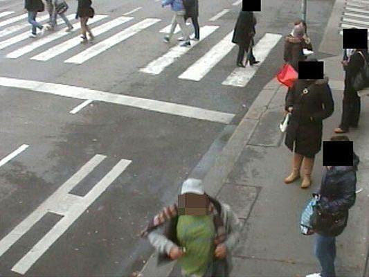 Der Mann vorne im Bild soll den 61-Jährigen mit einem Messer angegriffen ahben.