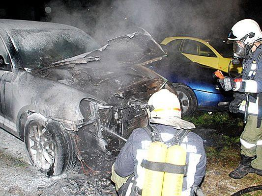 Die Florianijünger hatten beim Löschen des brennenden Porsche alle Hände voll zu tun