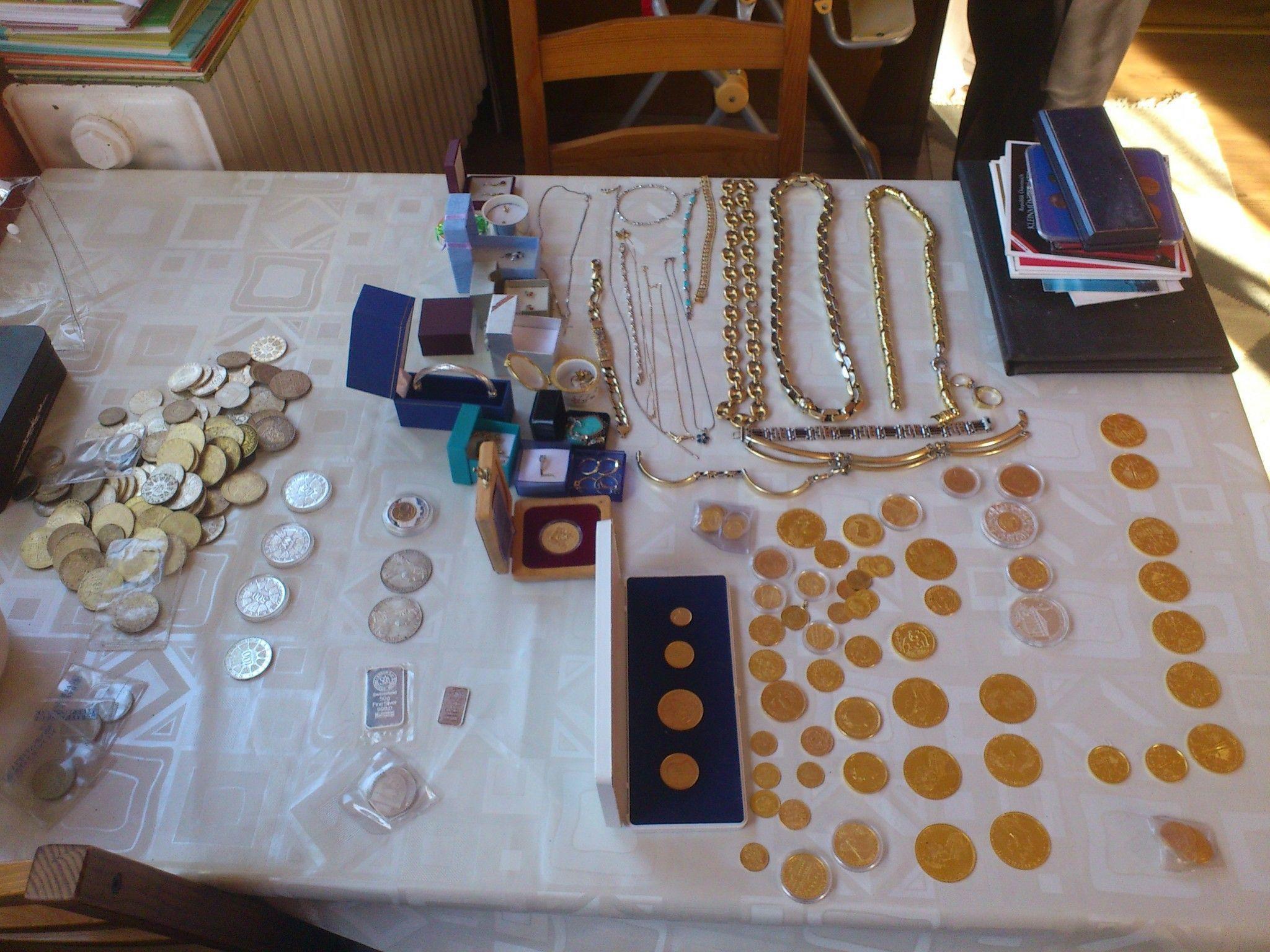 Die Einbrecherbanden erbeuteten Schmuck, Münzen und andere Wertgegenstände.