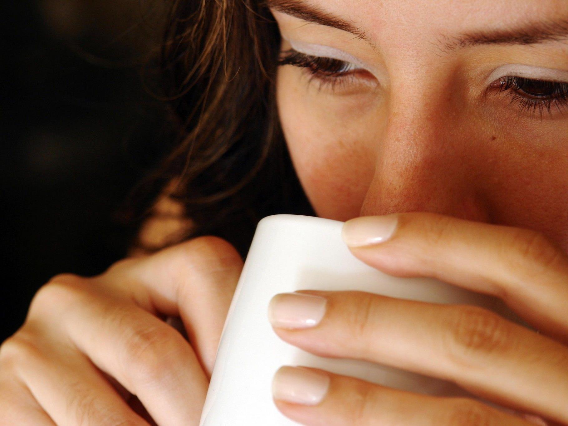 Einer Studie zufolge fallen positive Wörter schneller auf, wenn der Leser Kaffee getrunken hat.