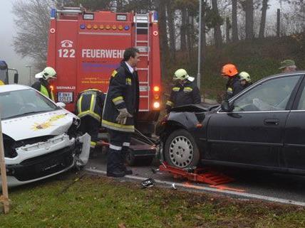 Drei Personen wurden bei dem Unfall mit dem Fahrschulauto im Bezirk Baden verletzt.