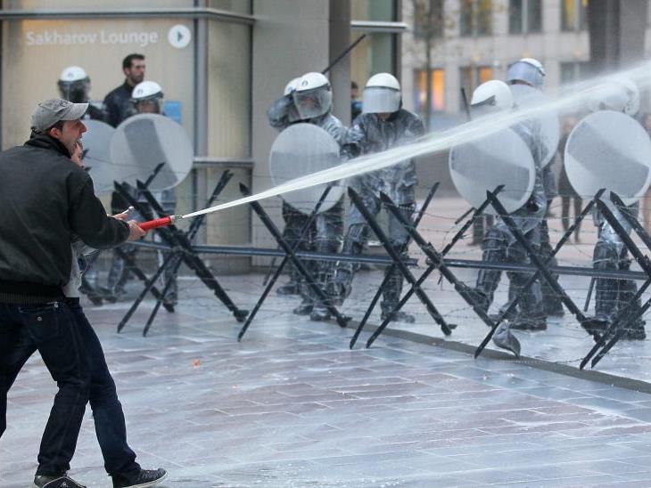"""Mit """"Milchkanonen"""" gehen Bauern auf die Polizei los."""