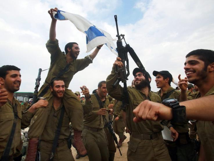 Israelische Soldaten feiern Waffenstillstand.