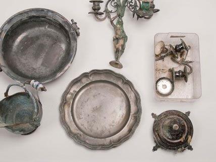 Unter anderem wurden diese Gegenstände in einem Waldgebiet entdeckt.