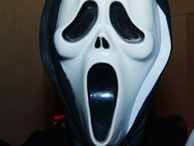 Eine 35-jährige Welserin verwechselte Halloween-Maskierte mit Einbrechern.