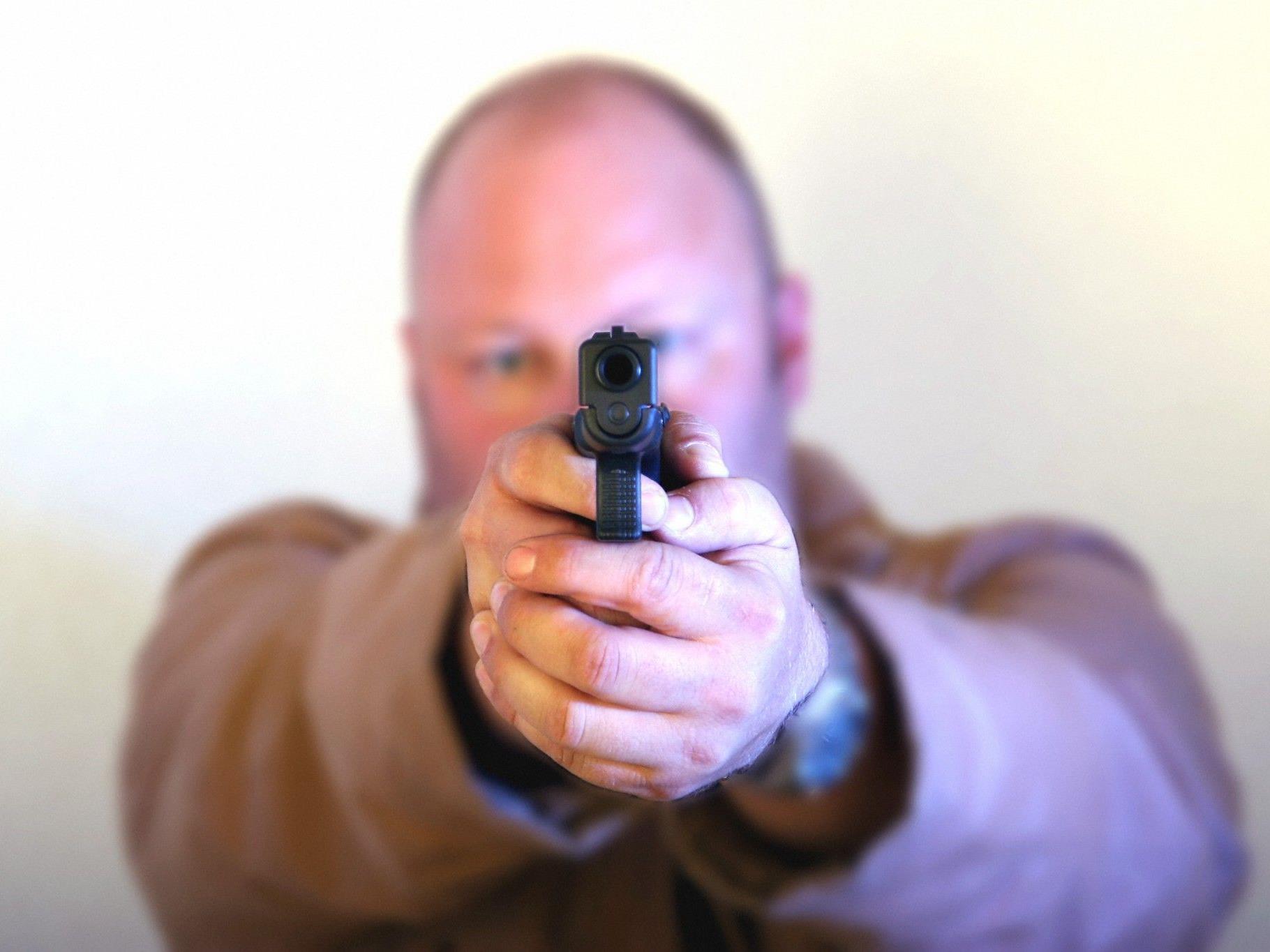 Einer der beiden Täter, der mit einer Pistole bewaffnet war, bedrohte den Tankstellenangestellten und forderte Geld.