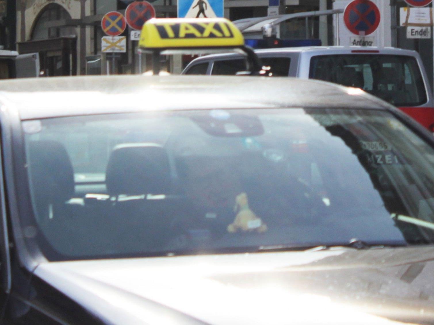 Taxilenker und Fahrgast haben den Vorfall unterschiedlich geschildert.
