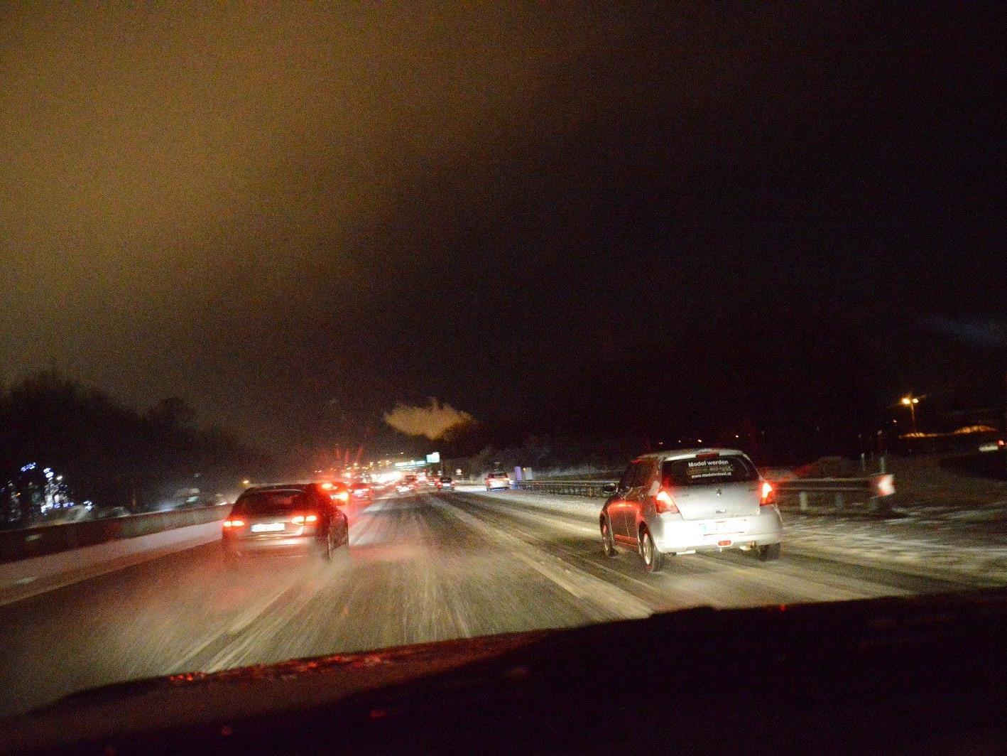 Aufgrund der winterlichen Straßenverhältnisse ereigneten sich zahlreiche Verkehrsunfälle.