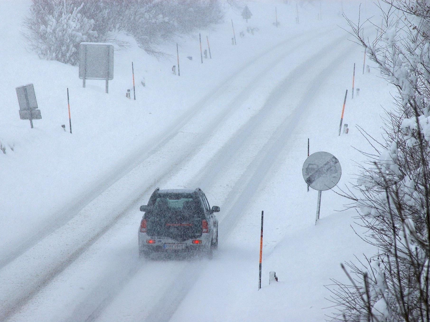 Bei winterlichen Fahrverhältnissen kam es auf der B99 zu einem Crash zwischen einem Pkw und einem Reisebus.