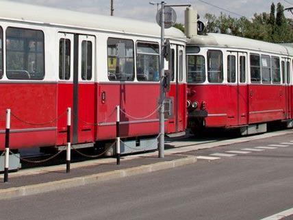 Zwei Zusammenstöße zwischen Straßenbahnen und Pkws in Wien.