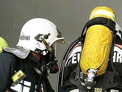 Feuerwehr-Großeinsatz bei Kellerbrand in Wiener Zinshaus
