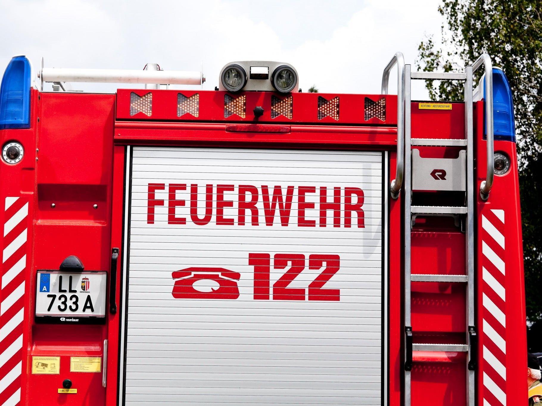 Die Freiwillige Feuerwehr stieg über ein gekipptes Fenster ein und brachte den zweijährigen Buben in Sicherheit.
