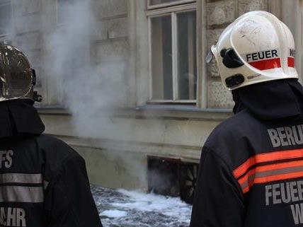 Feuerwehr-Großeinsatz bei Kellerbrand 2 - Vier Leichtverletzte