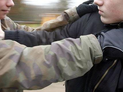 Eine Festnahme nach Raufhandel unter Jugendlichen, Schüler ging auf Beamten los