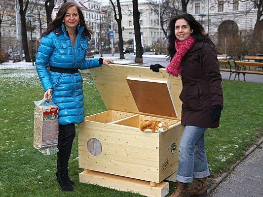 Tierschutzstadträtin Ulli Sima und Nadja Ziegler von der Tierschutzombudsstelle präsentieren die Katzenhotels