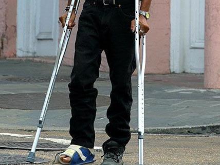 Ein räuberisches Trio überfiel auf der Mariahilfer Straße einen Mann mit Krücken