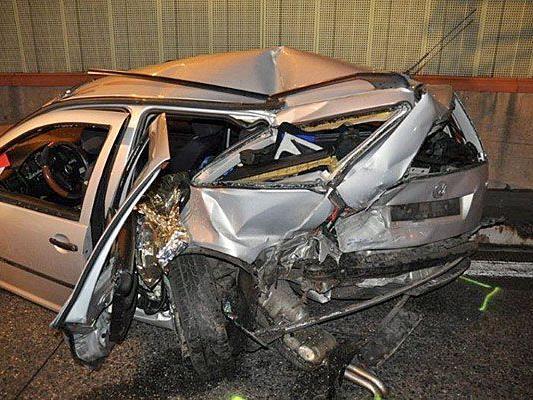 Eines der Unfallautos nach dem Crash auf der A23