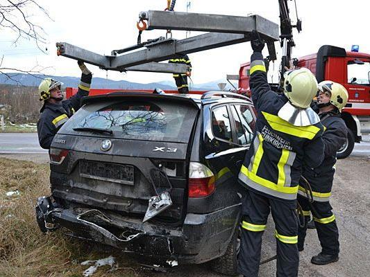 Bergungsarbeiten bei dem Unfall im Bezirk Neunkirchen