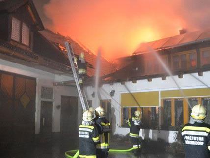 Der Dachstuhlbrand in Bad Fischau rief mehrere Feuerwehren auf den Plan.