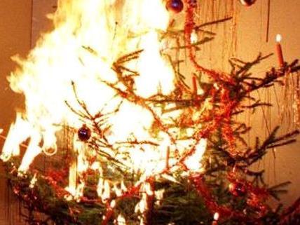 In Leopoldsdorf fing ein Christbaum bei einer Weihnachtsparty Feuer.