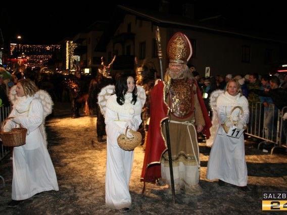 In St. Johann im Pongau verteilte der Nikolaus, umringt von Engeln, Süßigkeiten an die Kinder.