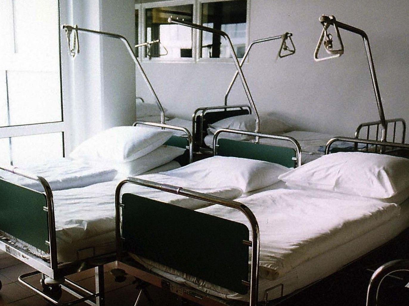 Ein Patient randalierte im Krankenhaus Rudolfsstiftung und verletzte eine Polizistin.