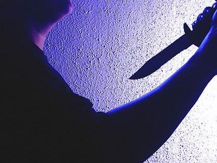 Laut Staatsanwalt Karl Rene Fürlinger holte die Frau das Messer mit einer 20 Zentimeter langen Klinge aus der Küche und versetzte ihrem Kontrahenten heftige Stiche gegen das Gesicht und den Oberkörper.