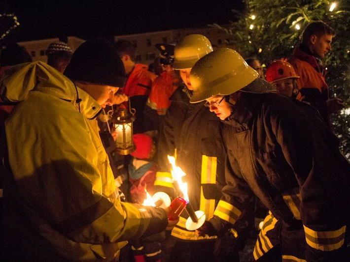 Die oberöterreichische Feuerwehrjugend übergibt das Friedenslicht.