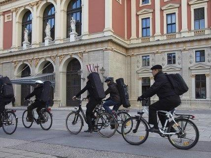 Die Musiker der Wiener Philharmoniker fahren mit dem Fahrrad zu den Proben für das Neujahrskonzert.