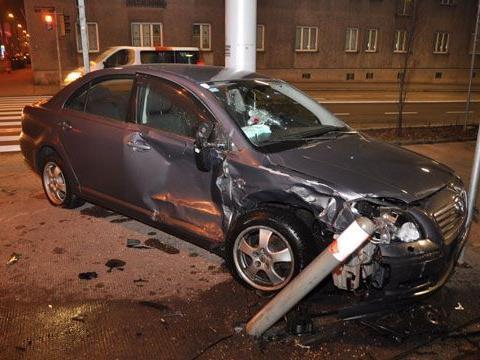 Bei dem Unfall in Ottakring wurden die Fahrzeuge schwer beschädigt.